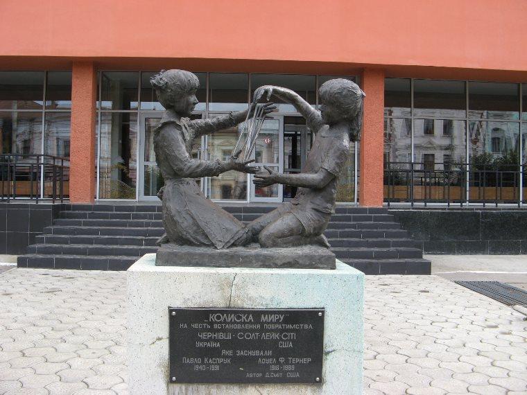Скульптура Колыбель мира